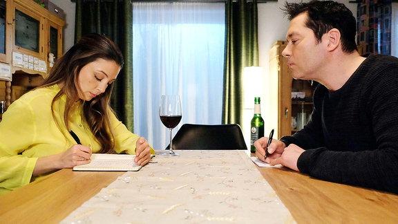 Arzu Ritter (Arzu Bazman) und Philipp Brentano (Thomas Koch) erfüllen ihre 'Hausaufgaben', die sie von ihrem Paartherapeuten aufbekommen haben und schreiben auf, was den Einen am Anderen stört.