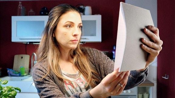 Arzu Ritter (Arzu Bazman) und ihr Mann Philipp haben von ihrem Paartherapeuten die Aufgabe bekommen, alles aufzuschreiben, was sie am anderen stört. In der Nacht findet Arzu den Block ihres Mannes und versucht den Durchdruck zu entschlüsseln.