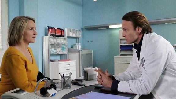 Dr. Martin Stein (Bernhard Bettermann) hat sehr gute Nachrichten für Susanne Lorenz (Isabel Schosnig): Es gibt einen neuen Knochenmarkspender für Susannes Sohn Dominik.