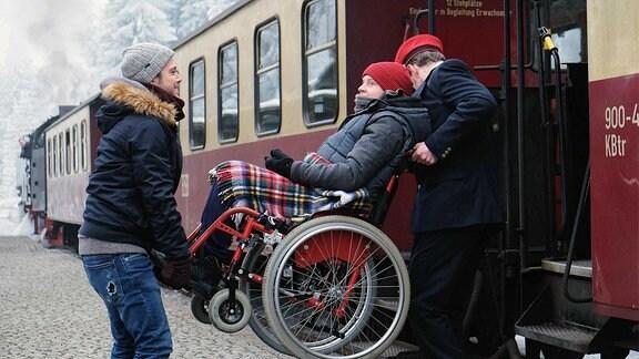 Dominik Lorenz (Jonah Rausch, mi.) kann es nicht fassen, dass Kris Haas (Jascha Rust) ihm diesen fast peinlichen Wunsch erfüllt. Dominik liebt Dampfloks und Kris macht mit ihm kurzerhand einen Ausflug in den Harz.