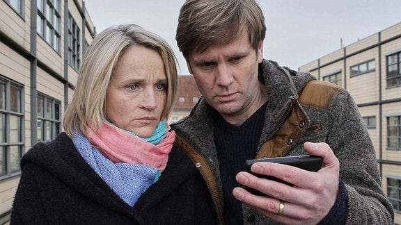Susanne (Isabel Schosnig) und Leonard Lorenz (Kai Ivo Baulitz) sehen sich ein Video ihres leukämiekranken Sohnes Dominik an. Ihnen wird bewusst, dass er nur noch für sie weiterkämpft und auch, dass das nicht richtig ist.