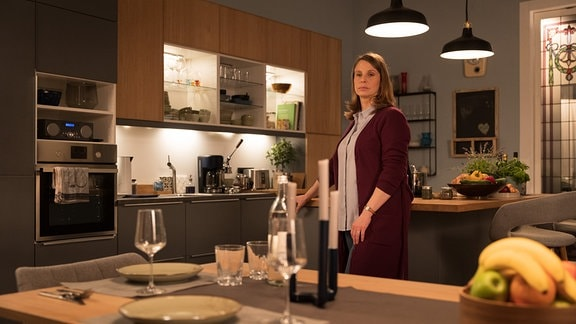 Katja steht allein in der Küche.