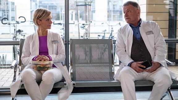 Roland Heilmann und Kathrin Glosch im Gespräch auf einer Bank