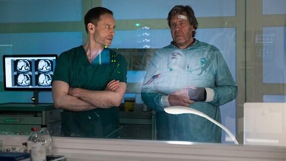 Dr. Kai Hoffmann spricht mit Jo Lennart.