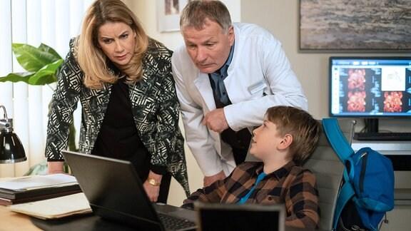 Roland Heilmann (Thomas Rühmann, mi.) mit Hanno (Kasimir Brause, re.) und Sarah Marquardt (Alexa Maria Surholt, li.) am Computer.
