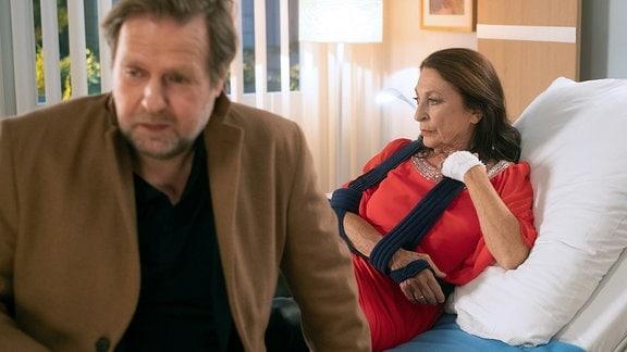 Erika Wildenhorst (Daniela Ziegler) und ihr Mann im Krankenzimmer.