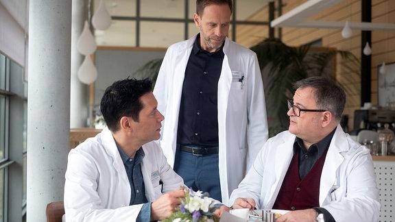 Hans-Peter Brenner (Michael Trischan, re.) und Dr. Philipp Brentano (Thomas Koch, li.) mit Dr. Kai Hoffmann (Julian Weigend, mi.)