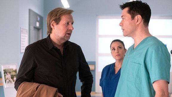 Thomas Wildenhorst (Steffen Münster, li.) mit Dr. Philipp Brentano (Thomas Koch, re.), im Hintergrund Arzu (Arzu Bazman, mi.)
