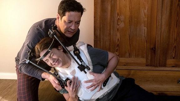 Philipp Brentano (Thomas Koch) hat gewusst, dass es für seine Frau Arzu (Arzu Bazman) nicht leicht wird, 8 Wochen mit dem Halofixateur zu leben. Doch dass es ihr dermaßen schwerfällt, Hilfe anzunehmen, hat er nicht geahnt.