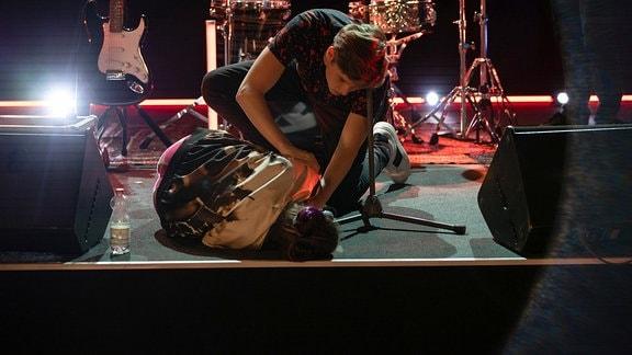 Bastian Marquardts (Johann Lukas Sickert) hilft der Sängerin Luzie Herbst (Anne-Marie Lux) nach ihrem Zusammenbruch