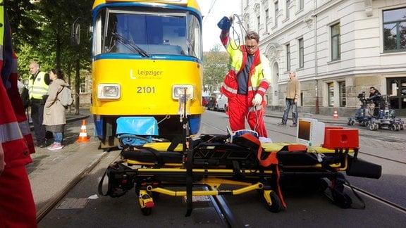 Straßenbahn, Sanitäter, Krankenliege