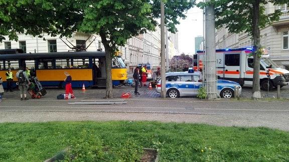 Straßenbahn, Rettungskräfte, Polizeifahrzeug, Rettungswagen