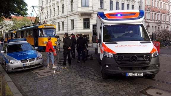 Polizeifahrzeug, Straßenbahn, Fernsehteam, Rettungswagen