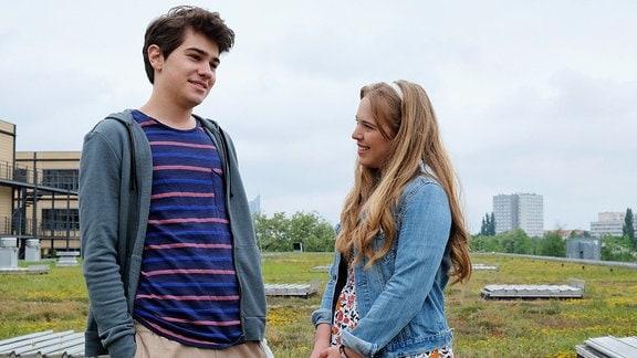 Lisa (Ella Zirzow) will mehr über Nils (Paul Stiehler) erfahren und zeigt offen ihr Interesse an ihm.
