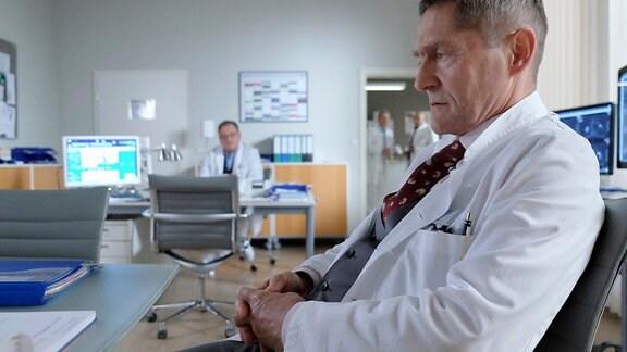 Dr. Kaminski (Udo Schenk, vorn) beschäftigt die Geschichte einer Patientin.