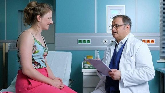 Hans-Peter Brenner (Michael Trischan) geht bei Wanda Schäfer (Henriette Nagel) von einer Blasenentzündung aus und verschreibt ihr Antibiotika.