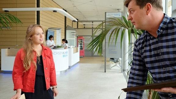 Lisa Schroth (Ella Zirzow) fragt ihren Halbbruder Jakob Heilmann (Karsten Kühn) nach dem Jungen.