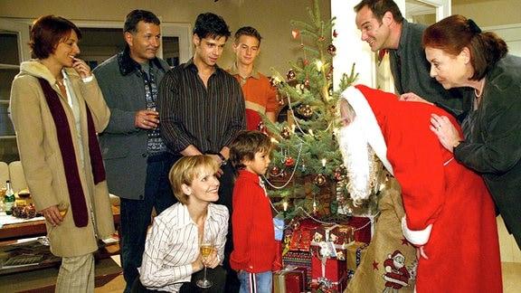 Weihnachtsfest im Hause Heilmann, alle stehen um den Baum.