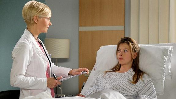 Dr. Kathrin Globisch (Andrea Kathrin Loewig, li.) führt vor der OP das Anästhesiegespräch mit Kim Werner (Mersiha Husagic, re.). Doch alles scheint in Ordnung und einer normalen Narkose steht nichts im Weg.