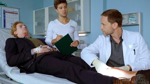 Johannes Heinrichs als Julian Kesslers, Julian Weigend als Dr. Kai Hoffmann und Jascha Rust als Kris Haas