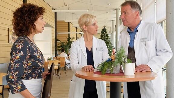 Andrea Kathrin Loewig als Dr. Kathrin Globisch, Isabel Varell als Linda Schneider und Thomas Rühmann als Dr. Roland Heilmann