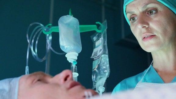 Johannes Heinrichs als Julian Kesslers und Anja Nejarri als Dr. Lea Peters