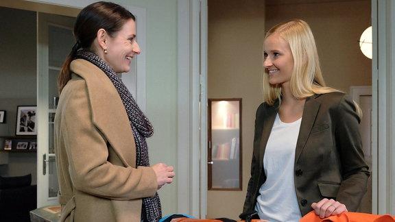 Maria Weber (Annett Renneberg, li.) hat Martins Tochter Marie (Henriette Zimmeck, re.) vom Flughafen abgeholt. Die beiden verstehen sich auf Anhieb. Noch weiߟ Marie nicht, dass ihr Besuch in Leipzig einen ernsthaften Hintergrund hat.