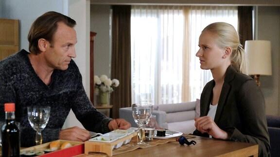 Martin (Bernhard Bettermann) erzählt seiner Tochter Marie (Henriette Zimmeck) von der Möglichkeit, dass sie unter einer vererbten Erkrankung der Hirngefäߟe leiden könnte. Am nächsten Tag möchte Martin mit ihre ein paar Untersuchungen machen, um Sicherheit zu haben.