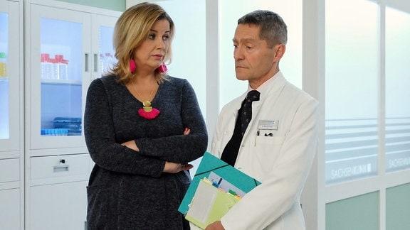 Sarah Marquardt (Alexa Maria Surholt) lässt die Neugierde einfach keine Ruhe, wer die junge Dame ist, die Dr. Kaminski (Udo Schenk) ständig in der Klinik besucht. Mit ein bisschen ܜberwindung erzählt Kaminski Sarah, dass Wanda ihn an seine Tochter erinnert und er ihr bei einem Problem hilft.