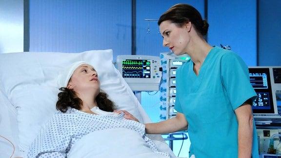 Alma Bachmann und  Dr. Maria Weber im Krankenzimmer.