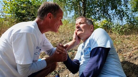 Roland Heilmann versorgt Dr. Achim Kreutzer.