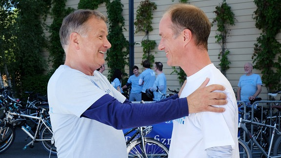 Dr. Roland Heilmann begrüßt seinen Freund Dr. Achim Kreutzer.