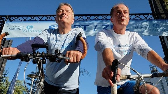 Roland Heilmann und Achim Kreutzer auf dem Fahrrad.