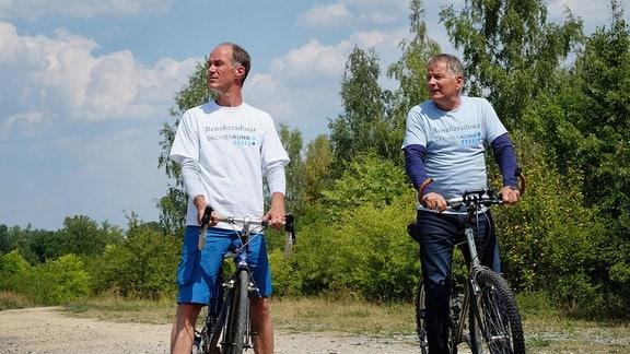 Achim Kreutzer und Roland Heilmann verirren sich auf der Benefiz-Radtour.