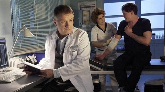 Anita Vulesica als Schwester Ulrike, Björn Bugri als Lorenz Hanfelds und Thomas Rühmann als Dr. Roland Heilmann
