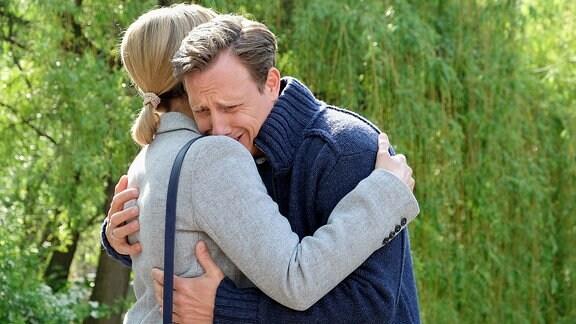 Jenne Derbeck (Patrick Kalupa) hat Lea Peters (Anja Nejarri) erzählt, was in der Nacht passiert ist, als seine Mutter starb.