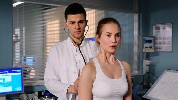 Kris Haas' Freund Lennart Schönlein (Patrick Mölleken) ist eigentlich Medizinstudent, aber um Rosa Schliemann (Annika Schrumpf) zu beeindrucken, gibt er sich als Arzt aus und untersucht sie.