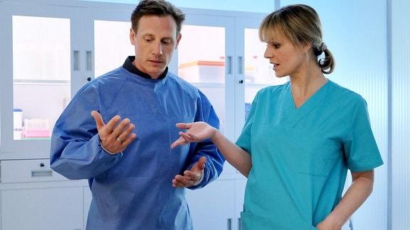 Jenne Derbecks (Patrick Kalupa) Groߟvater glaubt, er sei mit Dr. Lea Peters (Anja Nejarri) verheiratet. Jenne wollte Streit vermeiden und klärte den Irrtum nie auf. Doch nun liegt Hilger Derbeck in Leipzig in der Sachsenklinik und Jenne hat sich den Ehering von Dr. Brentano geborgt. Lea erwartet jedoch von Jenne, dass er dem Spiel ein Ende macht.