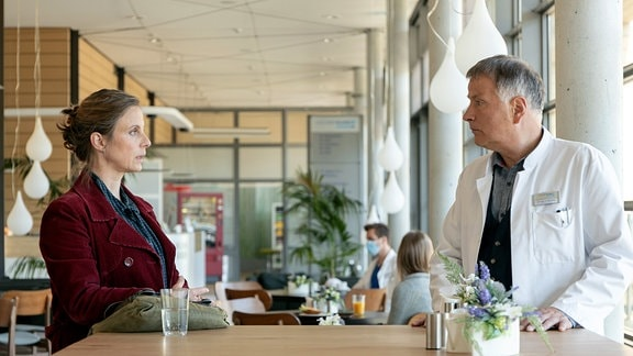 Ein Arzt und eine Frau im Gespräch.