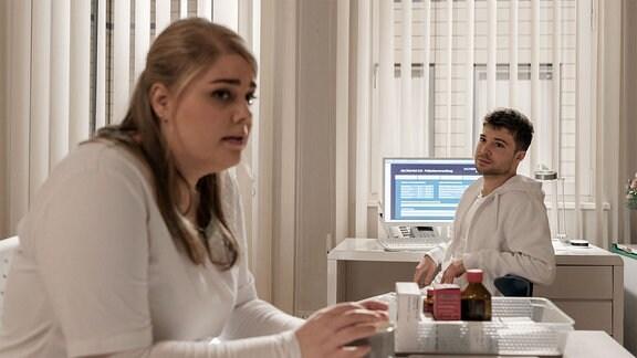 Kris und Miriam im Schwesternzimmer.