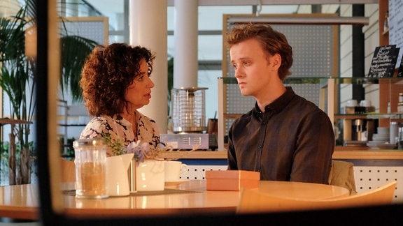Daniel Gerdes (David Nolden) redet mit Linda Schneider (Isabel Varell) .