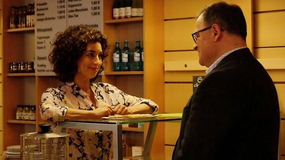 Linda Schneider (Isabel Varell) spricht lievbevoll mit Hans-Peter (Michael Trischan) .