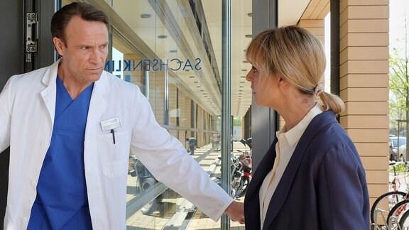 Dr. Martin Stein (Bernhard Bettermann) und Dr. Lea Peters (Anja Nejarri) sind besorgt.