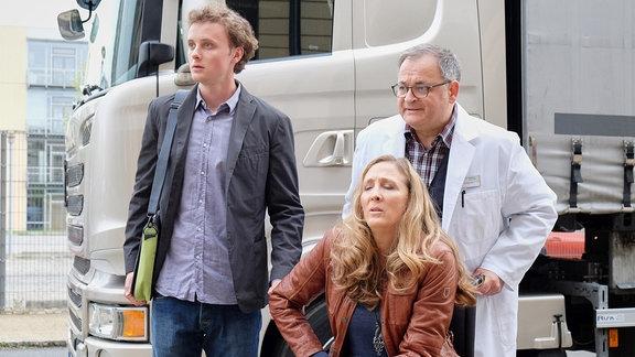Sonja Lindner (Anja Karmanski, sitzend) wird mit Bauchschmerzen von Daniel Gerdes (David Nolden, li.) in die Sachsenklinik gebracht.