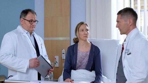 Dr. Kaminski (Udo Schenk, re.) und Hans-Peter Brenner (Michael Trischan, li.) reden mit Sonja Lindner.