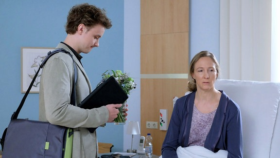 Daniel Gerdes (David Nolden) redet mit Sonja Lindner (Anja Karmanski) .