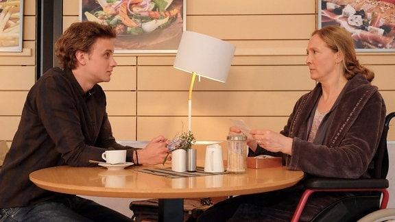 Daniel Gerdes (David Nolden) und  Sonja Lindner (Anja Karmanski) reden in der Cafeteria.