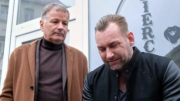 Dr. Roland Heilmann (Thomas Rühmann, li.) bittet Frank Janek (Marko Dyrlich, re.) seinen Entschluss zu überdenken. In dem Gespräch wird klar, warum Frank so große Probleme damit hat, eine Entscheidung zu treffen.