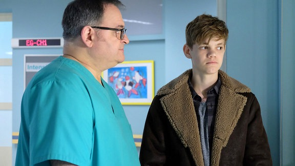 Mats Pieper (Carl Benzschawel, re.) macht sich Sorgen um seinen kleinen Bruder Cornelius, der einen Autounfall hatte.