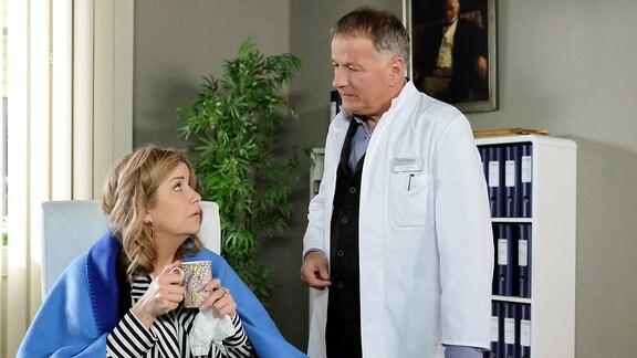 Sarah Marquardt (Alexa Maria Surholt) hat eine schlimme Erkältung erwischt und sie will nur noch ihre Ruhe.